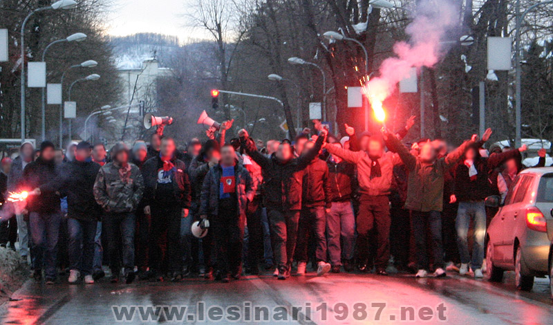 Fenomenul Ultras in alte sporturi - Pagina 4 112_rkborac-rkzvezda_1