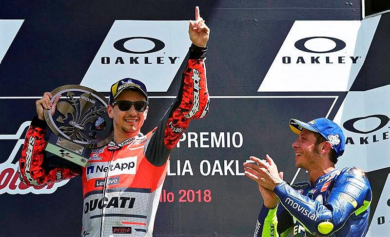MOTO GP 2018 GRAND PRIX D'ITALIE - Page 2 Jorge-lorenzo-felicite-par-valentino-rossi-sur-le-podium-du_3975806