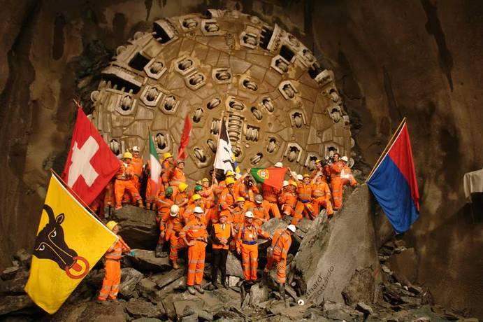 [Jeu] Association d'images - Page 17 Faido-Sedrun-East-Tunnel-Breakthrough-120101015-1417
