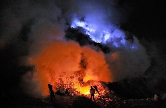 Самые необычные, удевительные явления природы - Страница 3 Indonezijskij-vulkan-Kawah-Ijen11-
