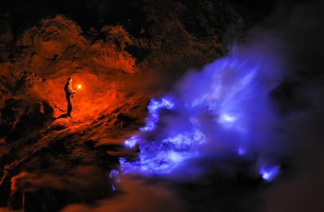 Самые необычные, удевительные явления природы - Страница 3 OlivierGrunewald-Indonezijskij-vulkan-Kawah-Ijen4-640x418