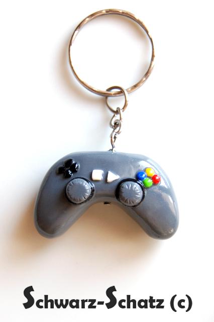 Idee e suggerimenti per una regalo in fimo...per un ragazzo! Game-Boy-keychain