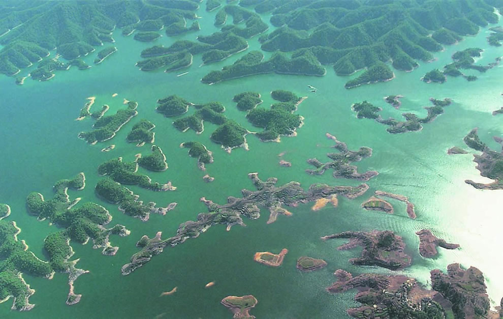 Jezera - Page 2 Aerial-shot-of-Thousand-Island-Lake-in-China-underneath-is-the-Lost-Lion-City
