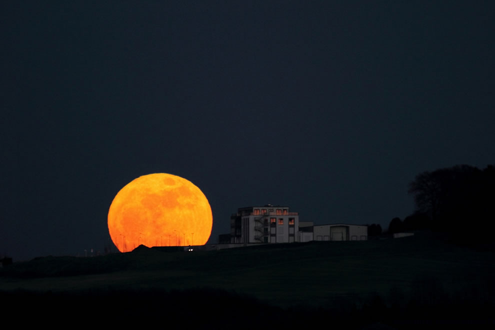 Magnification Of The Sun/Moon Near The Horizon   Supermoon-moonrise-in-Schwelm-Enneptal-Germany