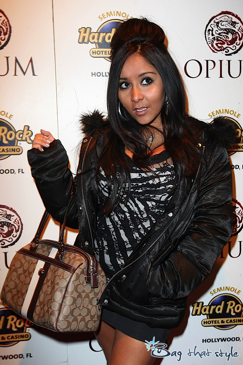 Pixie Awards 2011 >> Siguen los premios... - Página 11 Snooki-fist-pumps-her-way-down-the-red-carpet-with-coach-003