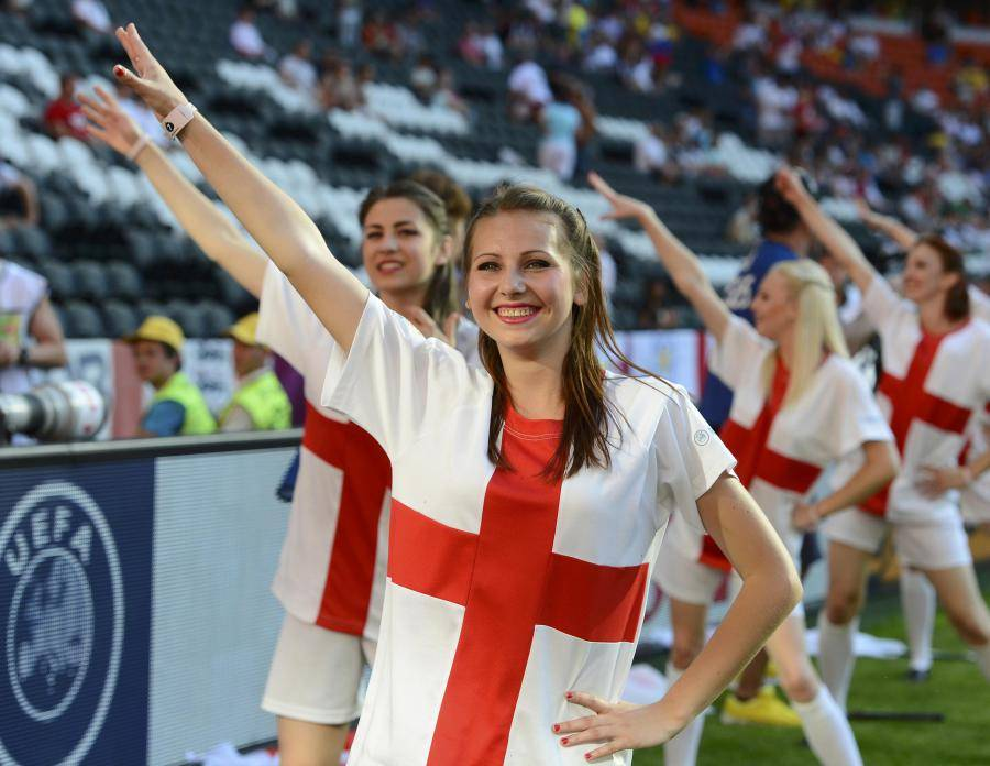 L'équipe national d'Angleterre. - Page 11 Euro-2012-cheerleaders-wearing-england-s-national-colors-perform-before-group-d--euro-2012-soccer-match-englan-20120611174230-3449