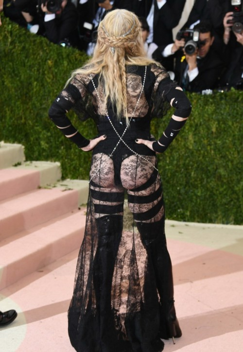 Madonna    - Página 2 20160503-pictures-madonna-met-gala-new-york-02-500x725