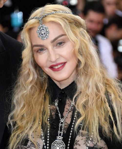 Madonna    - Página 2 20160503-pictures-madonna-met-gala-new-york-04-500x612