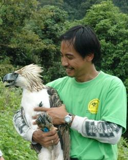 Comparação do tamanho de águias  com relação ao homem. 274img23