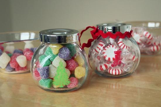 افكار متنوعة تساعدك على الابداع دائما Holiday-Stenciled-Treat-Jars