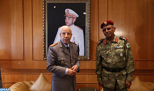 Les FAR ... école pour les armées africaines ! - Page 3 Arroub_recoit_responsable_millitaire_du_djibouti-M1