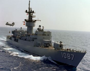 المجلس العسكري: مصر قادره على اطلاق صواريخ في اعمق مناطق تحت الماء 350px-USS_Kirk_%28FF-1087%29_UNREP