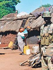 الجيش الاوغندي  180px-Guard_in_Labuje_IDP_camp%2C_Uganda