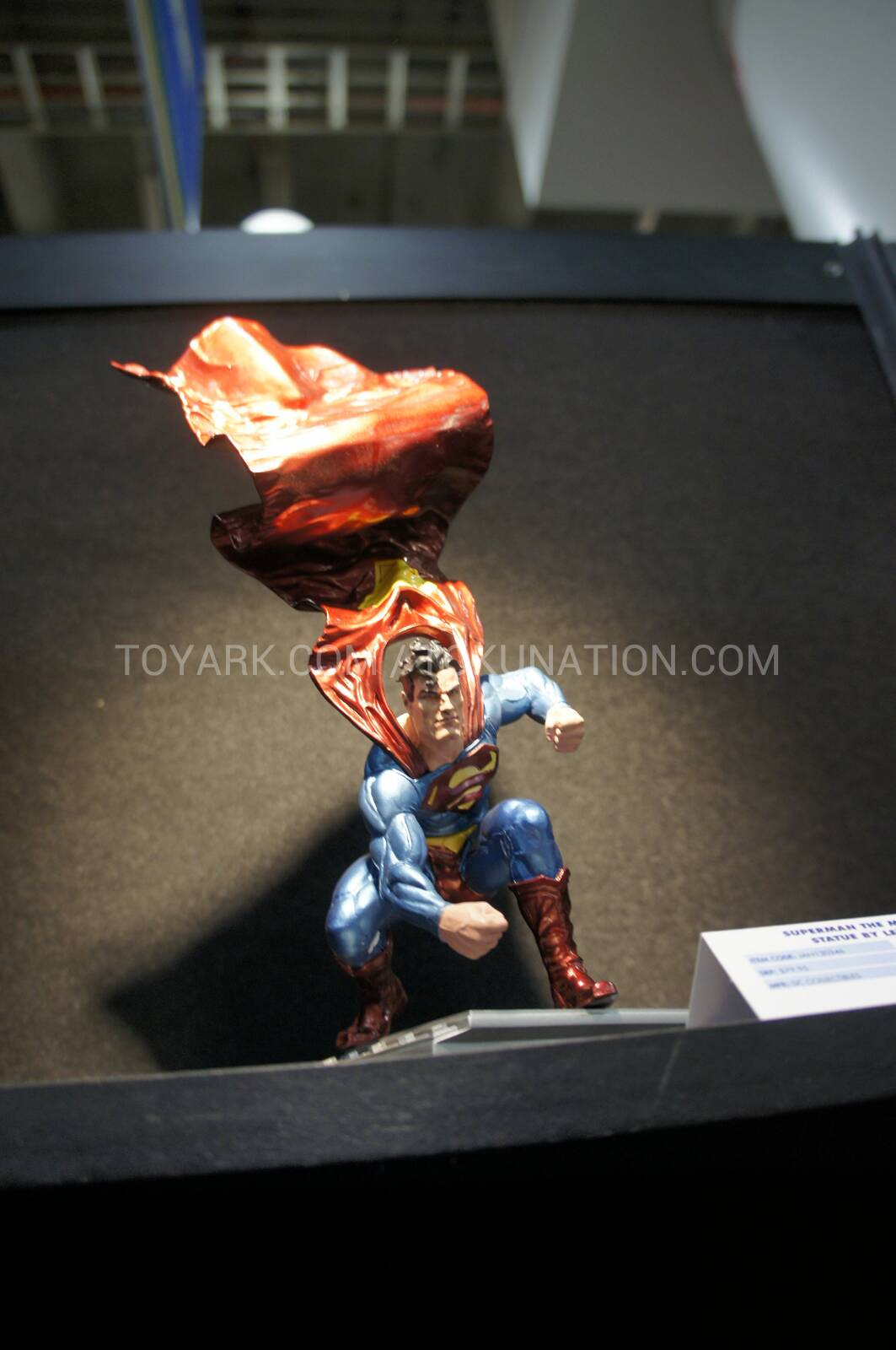 The new Superman metallic statue designed by Lee Bermejo The_new_Superman_metallic_statue_designed_by_Lee_Bermejo_