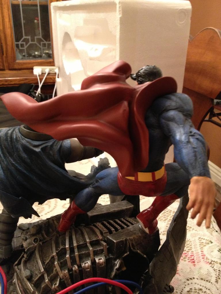 THE DARK KNIGHT RETURNS - Superman VS Batman Statue  1