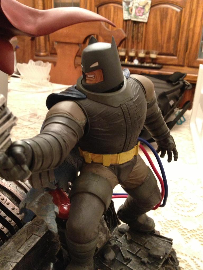 THE DARK KNIGHT RETURNS - Superman VS Batman Statue  5