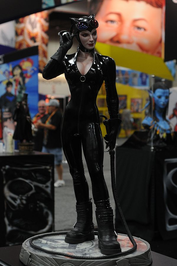 CATWOMAN 'Adam Hughes' Legendary scale figure - Page 2 Sdcc2012_sideshow_marvel_3