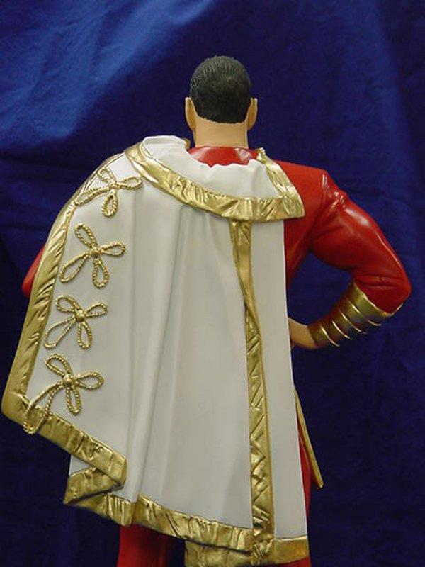 SUPERMAN KINGDOM COME statue par  ALEX  ROSS  /  SHAZAM KINGDOM COME statue par ALEX  ROSS  Shazam_satue_kingdom_com_back_