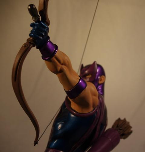 OEIL DE FAUCON (Hawkeye) Statue_bowen_hawkeye_11