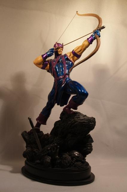 OEIL DE FAUCON (Hawkeye) Statue_bowen_hawkeye_5