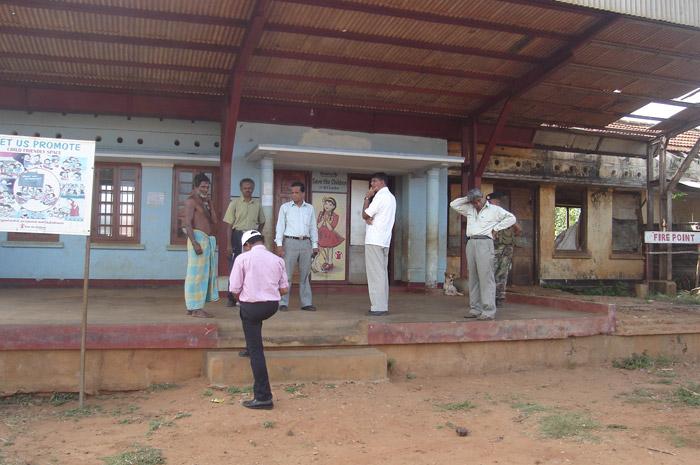 புகையிரத நிலையங்களின் புகைப்படத்தொகுப்பு (2010இல்)  Inuvil-Railway-Station