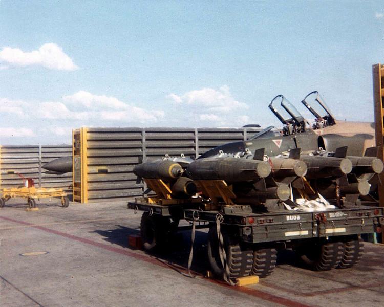 Le F4 C en camo guerre du Vietnam... - Page 9 Cluster-bombs