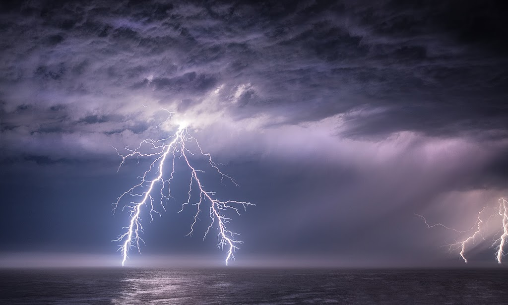 Musiques - Mantras - Sacrées - Ambiance - Modernisées........ Spectacular-lightning-strike-over-the-Pacific-Ocean-by-Paul-Kozal