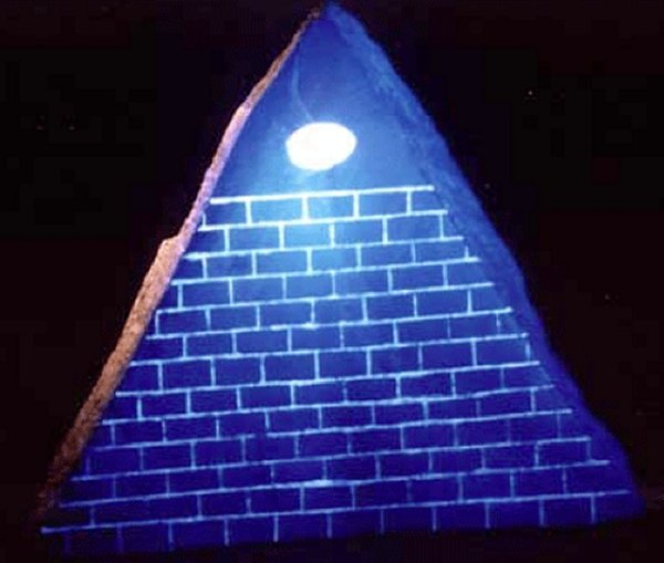 Mysterious Artifacts: Glowing Black Pyramid With The Third Eye Pyramidgloweye01