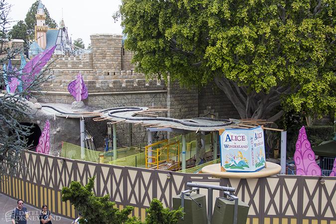 [Disneyland Park] Alice in Wonderland fermée pour mise en conformité (16 juillet au 13 août 2010 et de mi-mars au 04 juillet 2014)  - Page 2 04-28-14-IMG_0451