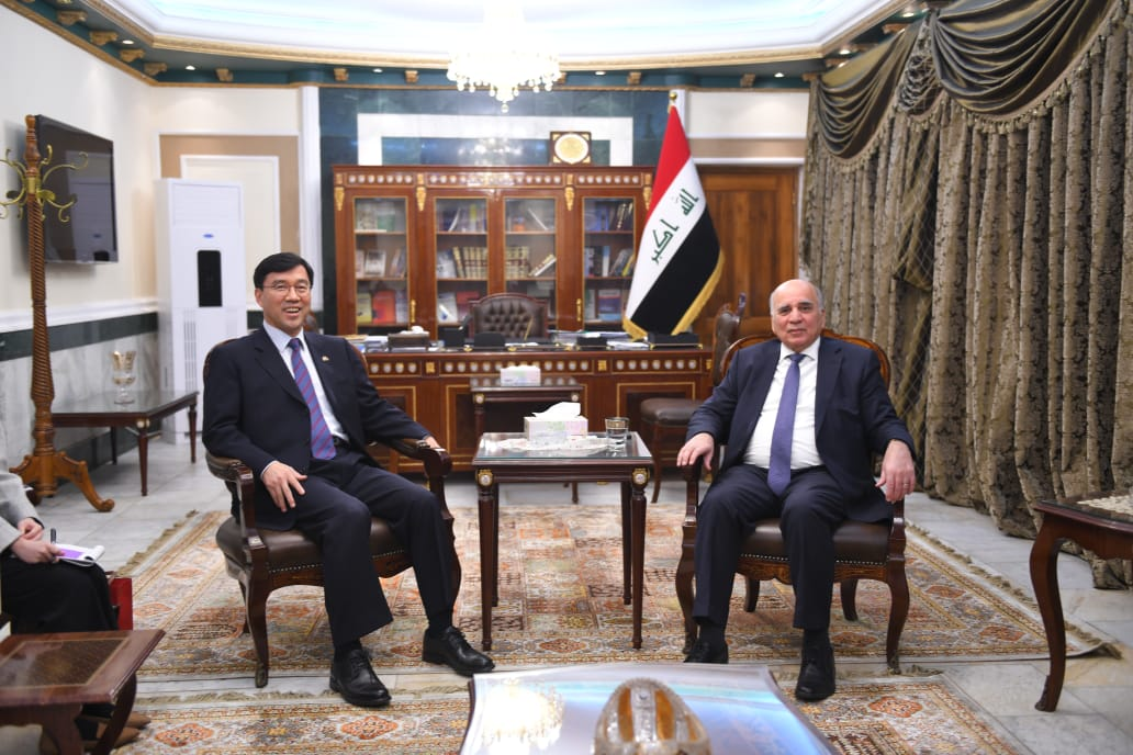 The Deputy Prime Minister and Minister of Finance receives the Ambassador of the Republic of South Korea in Iraq 44778129-45ca-4b9d-a3ea-6a68e266d3cd