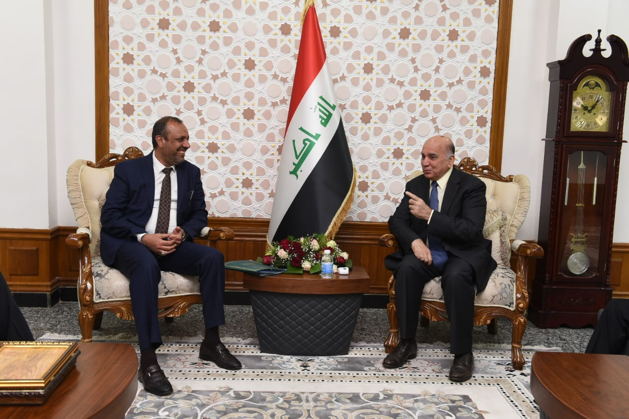 Deputy Prime Minister for Economic Affairs and Finance Minister Fouad Hussein receives Najaf Governor and Chairman of the Economy and Investment Committee in the House of Representatives. 56bf84b9-d670-4a80-b559-3987b4885dc4