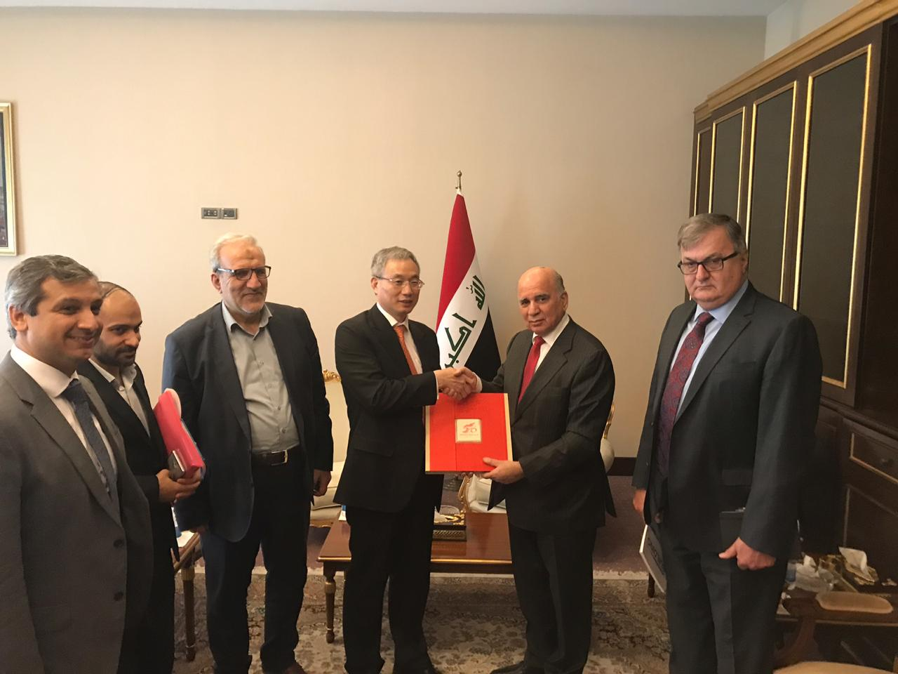 Deputy Prime Minister for Economic Affairs and Minister of Finance Fuad Hussein receives Haji Hassan Rashid, Deputy Secretary General of the Holy Husseiniya threshold and the delegation accompanying him. 86c91fef-90f8-4b7c-bae3-ef3797d43e78
