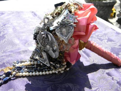 Свадебные букеты из винтажных украшений. C126da