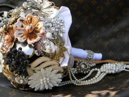 Свадебные букеты из винтажных украшений. E3a79b