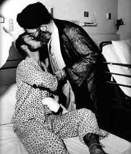 Gay veza u javnosti (ljubljenje, grljenje, pipkanje 2 ili više muškarca/žene u javnosti) - Page 2 Khamenei_Kiss