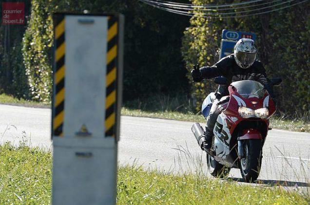 Radars/excès de vitesse - Page 2 Moto-motard-radar
