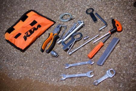 contenu trousse a outils yam 2012-KTM-990-SM-T-Tools