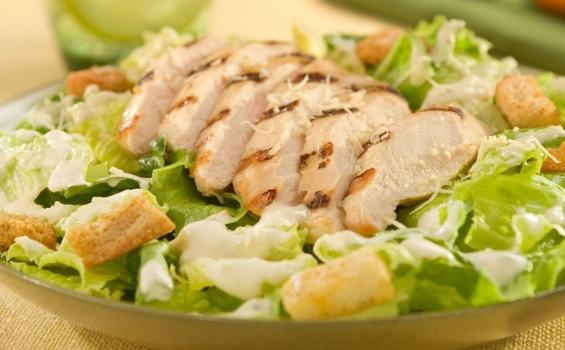 سلطة السيزر بالدجاج الشهية والمتكاملة غذائيا 565-3500GrilledChickenCaesarSalad