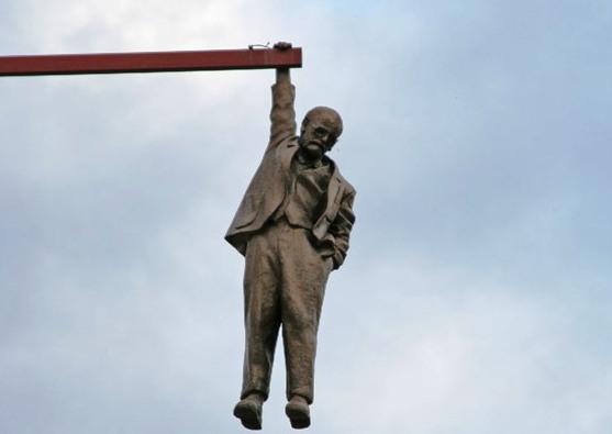 20 curiosas esculturas alrededor del mundo The-Statue-of-a-Man-hanging-by-one-hand_Sigmund-Freud_13983