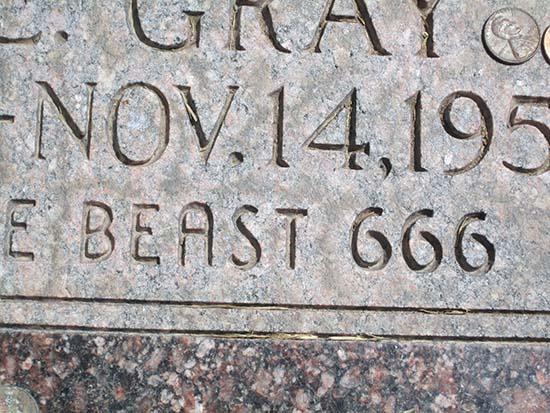 """La misteriosa tumba de Lilly E. Gray, """"Víctima de la Bestia 666"""" Tumba-lilly-gray"""