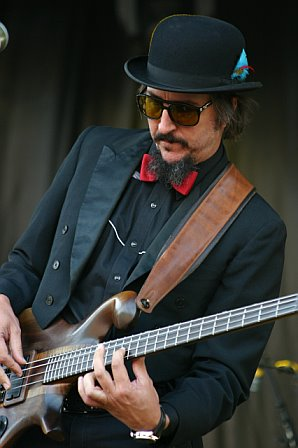 Baixistas de performance Les-claypool2