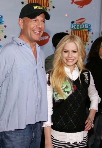Galería » Avril con otros famosos Avril-lavigne-with-bruce-willis-who-is-god-damn-sexy-343x500