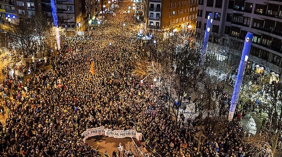 """Euskal Herria: Una multitud exige """"respeto a los derechos"""" de presos y exiliados. [vídeo] - Página 2 Int20160109002024"""
