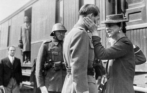 Regele Mihai I a abdicat în schimbul tablourilor şi banilor? De ce s-au simţit românii trădaţi pe 30 decembrie 1947 Regele-mihai-regina-elena-gara-jimbolia-480x305