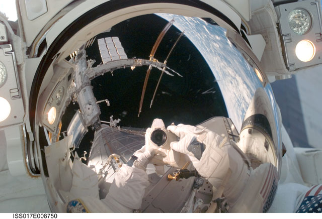 [STS-124 / ISS 1J] : EVA 1 - Page 3 239133main_iss017e008750