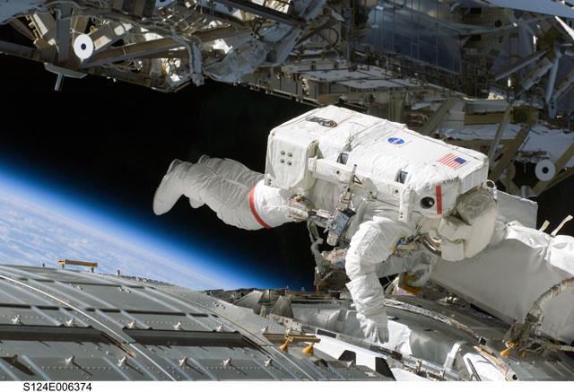 [STS124-Discovery] EVA2 - Page 2 240477main_s124e006374
