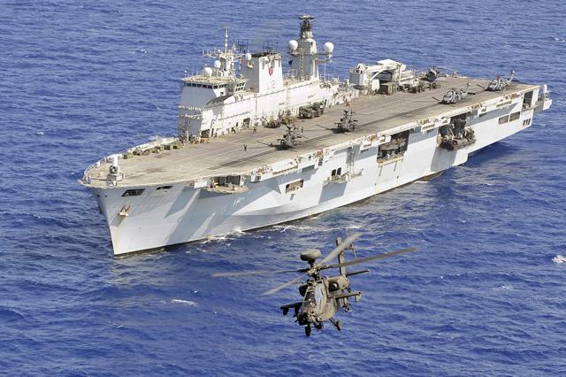 Armée Britannique/British Armed Forces - Page 40 HMS_Ocean_LPH_Apache_Royal_Navy
