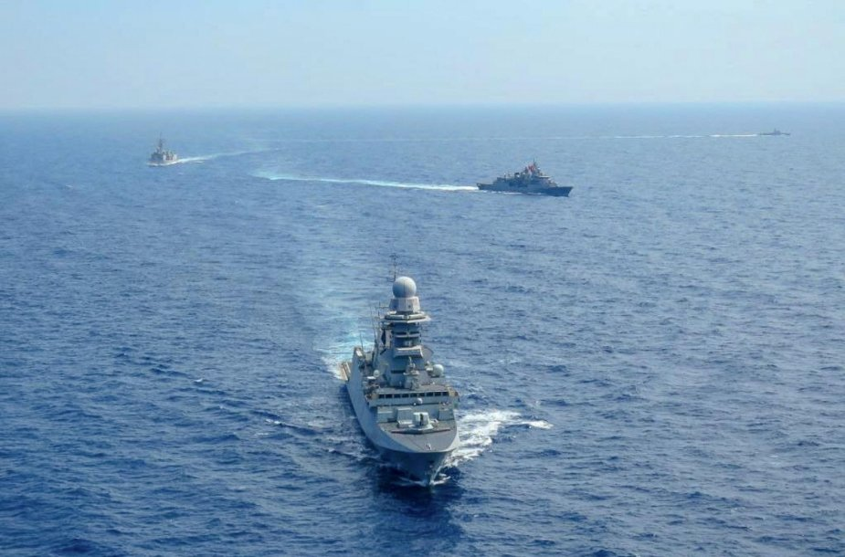 Tensions en Méditerranée Orientale  - Page 3 Standing_NATO_Maritime_Group_2_Exercises_with_Hellenic_and_Turkish_Navies_925_002