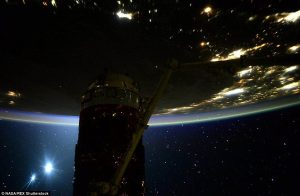 Les étoiles vues de l'ISS 2C2585CC00000578-3229333-The_second_image_was_posted_this_morning_and_said_Good_morning_T-a-127_1441894066159-300x196