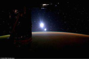 Les étoiles vues de l'ISS 2C2585D900000578-3229333-Posting_the_images_to_Twitter_astronaut_Scott_Kelly_wrote_Day_16-a-126_1441894066152-300x200